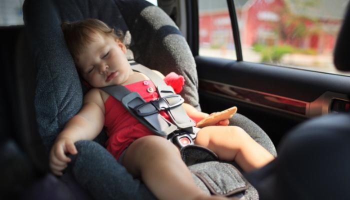 देखभाल करने वाली महिला की गलती से गाड़ी में बंद रहने के कारण 2 वर्षीय मासूम की मौत